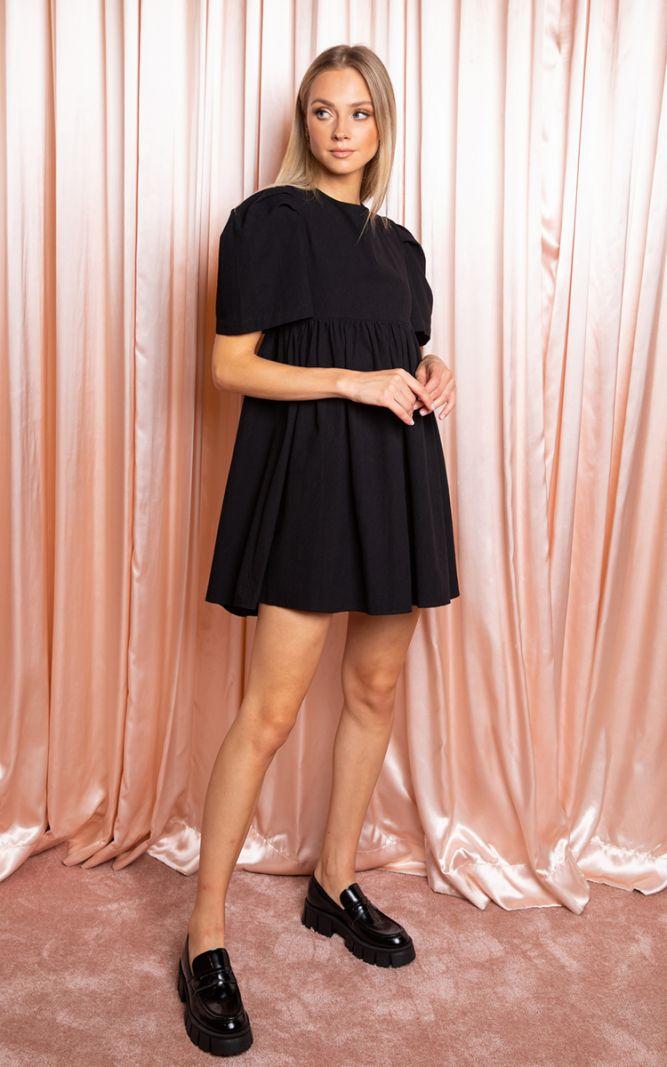 Trumpa juoda suknelė