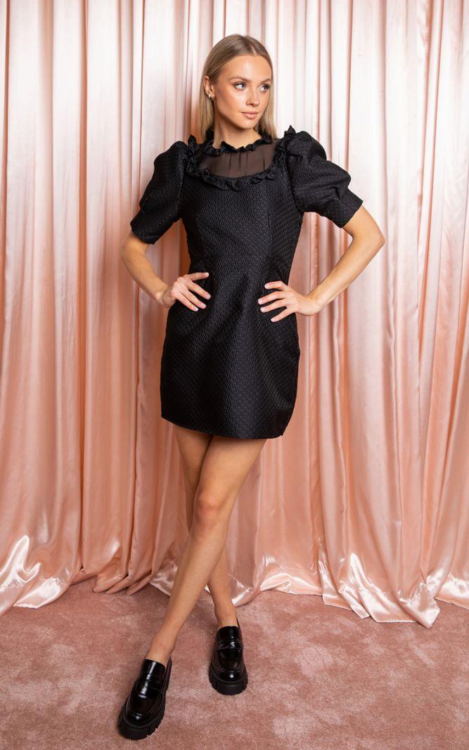 Juoda suknelė su tekstūra