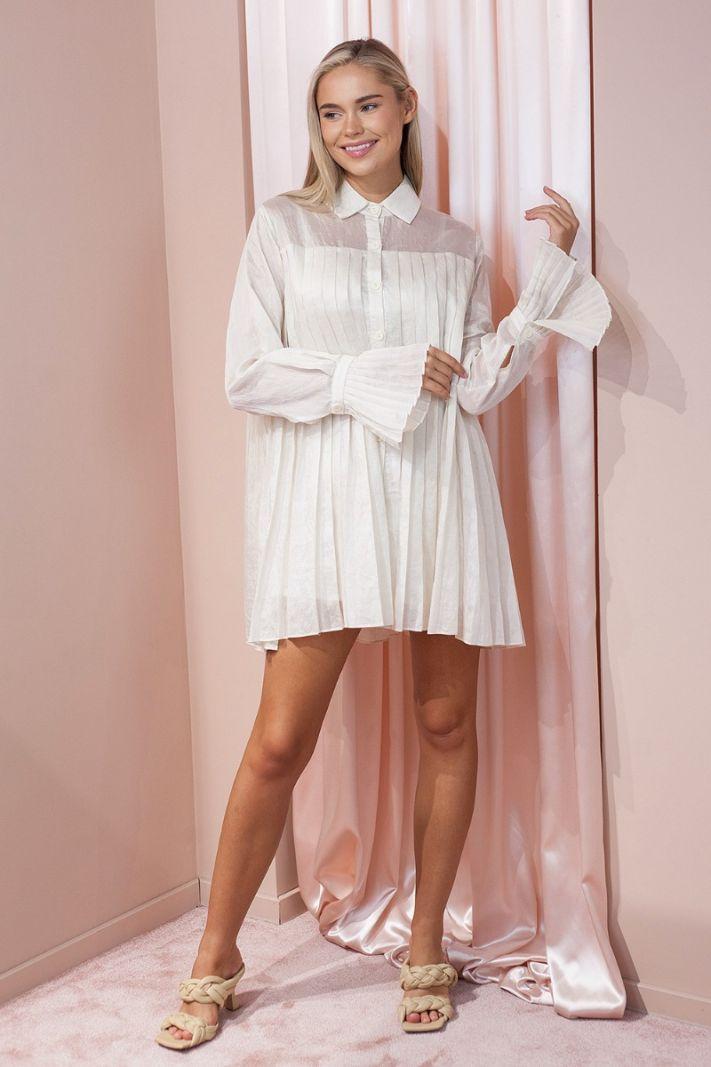 Klostuota marškinių tipo suknelė