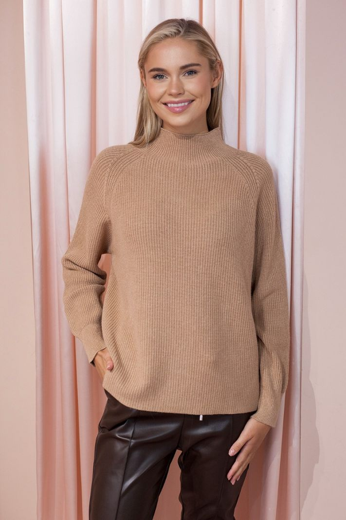 Skrudinto cukraus spalvos megztinis stačiu kaklu