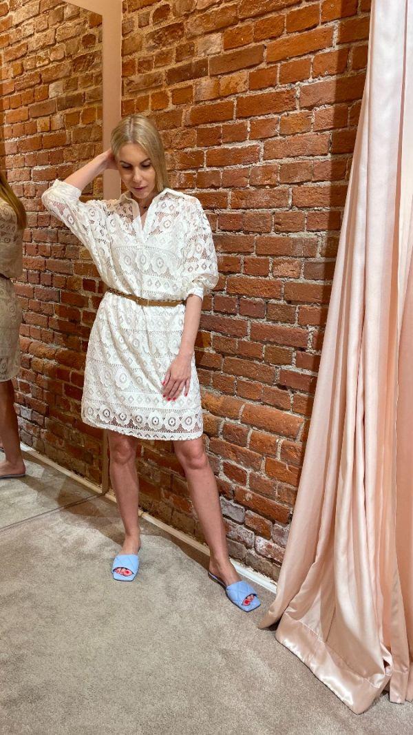 Balta nėriniuota suknelė