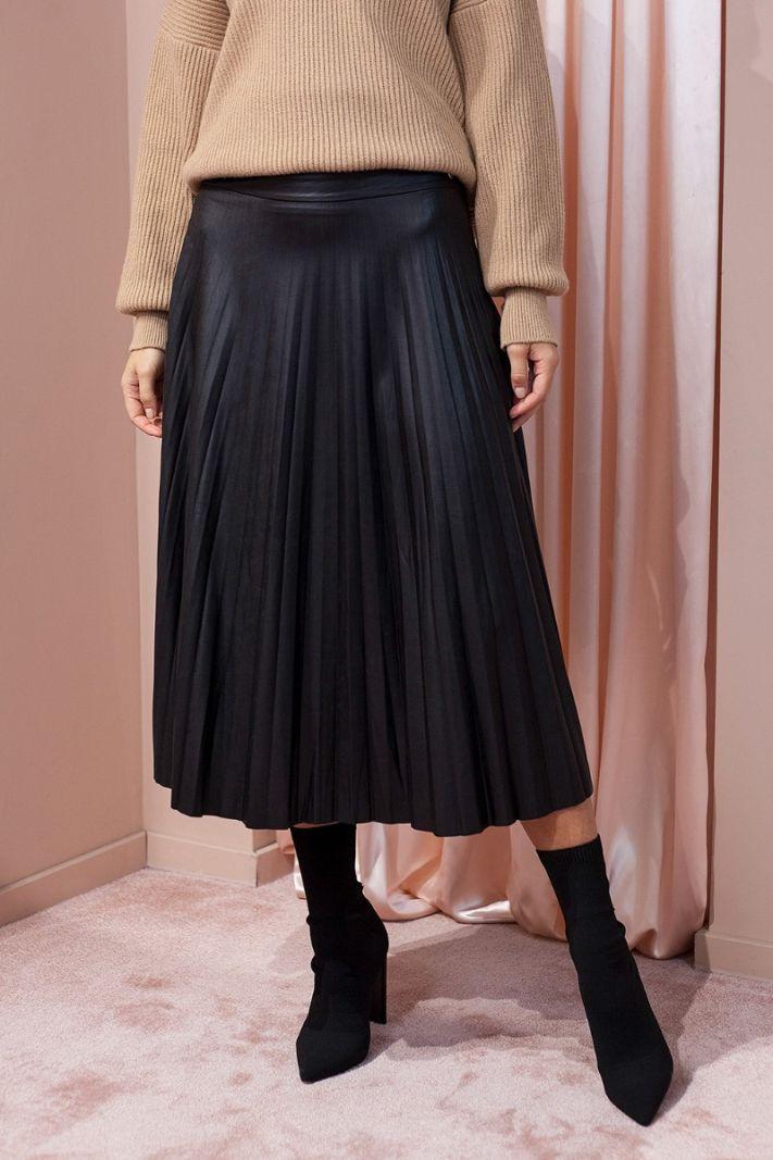 Klostuotas odos imitacijos sijonas