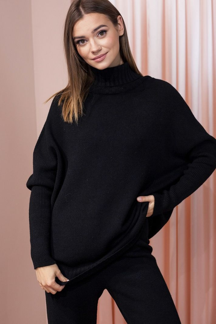 Juodas oversize megztinis