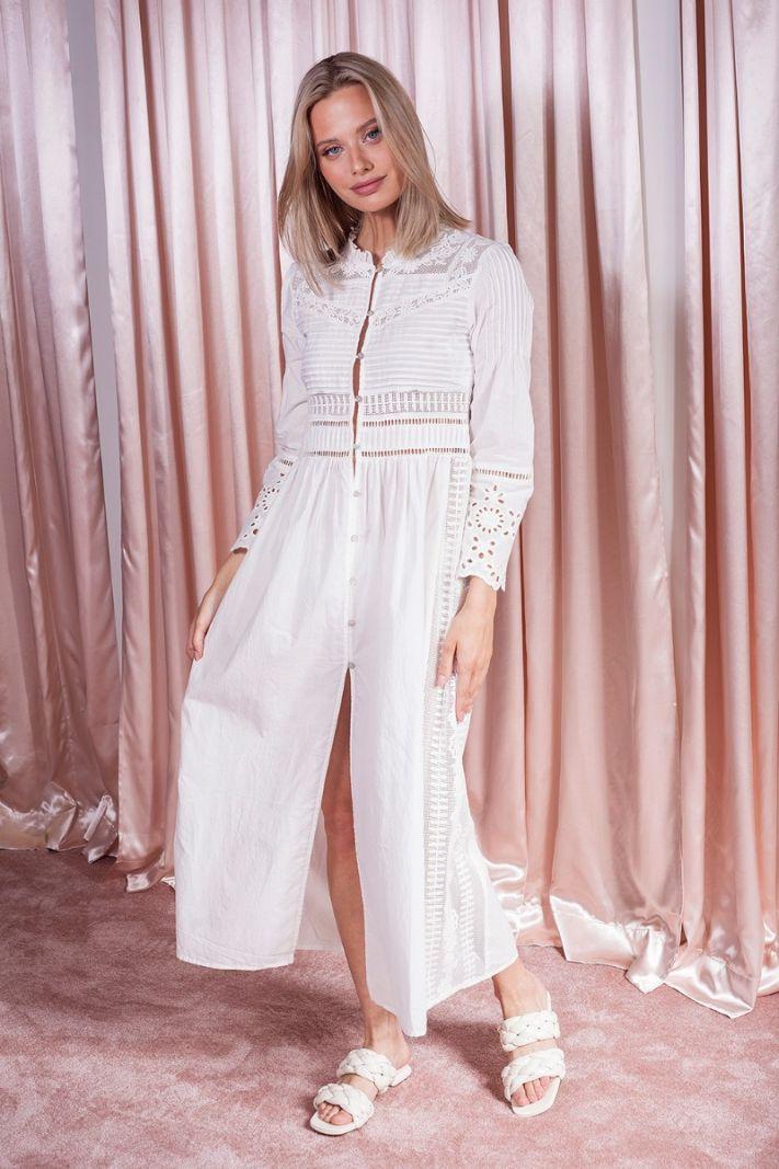 Balta karpytinio siuvinėjimo suknelė