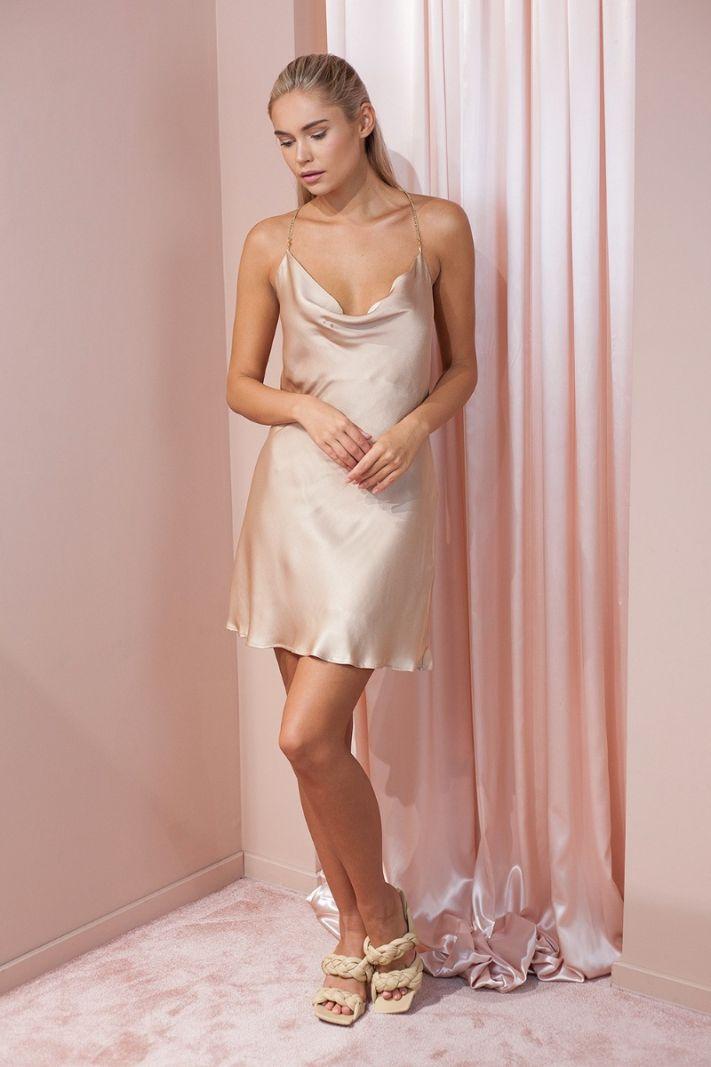 Suknelė su auksinėmis grandinėlėmis, smėlio spalvos