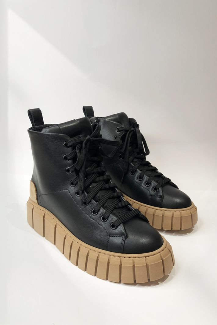 Laisvalaikio batai su kontrastingu padu