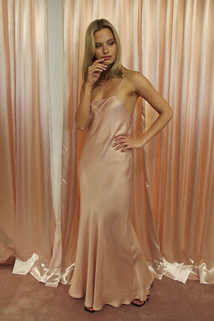 Pelenų rožinės spalvos atlasinė suknelė